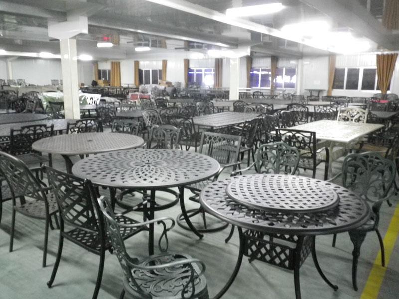Литая мебель для кафе и ресторанов наборы столов и стульев легкий сплав большой выбор моделей